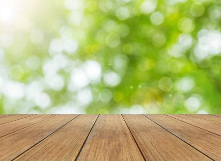 primavera: La naturaleza brillante primavera de fondo con el bokeh de la luz solar y la perspectiva tablón de madera