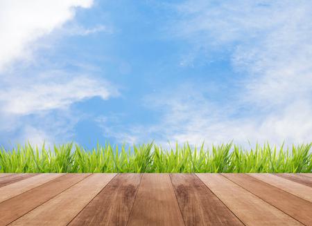 Abstracte heldere lente met zonlicht bokeh achtergrond en perspectief houten plank