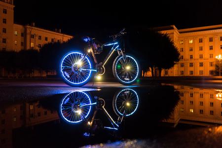熱烈な自転車は水に反映されます。
