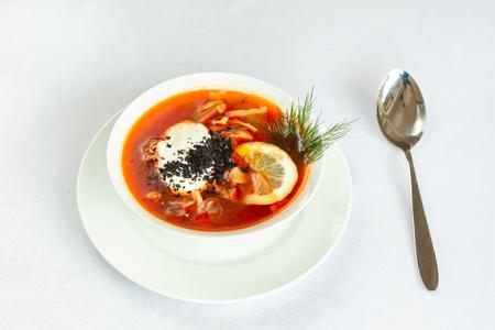 Sopa de pepinillos. Sopa rusa clásica, con pepino y crema agria. Con limón. Cerca hay una cuchara. Foto de archivo