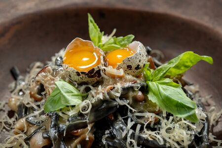 A plate of delicious pasta with bacon, cheese and quail egg. 版權商用圖片