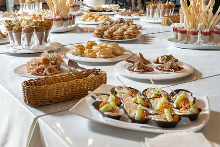 Luxurious catering table.Bacon rolls with delicious filling and sprouted grains. Chicken breast appetizer, with sprouted grains and sauce-2. Standard-Bild