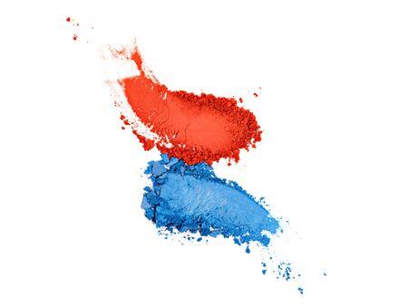 Lidschatten-Abstriche in verschiedenen Farben auf weißem Hintergrund. Augen-Make-up orange, blaue Palette. Buntes verschmiertes Kosmetikprodukt. Kreativer Hintergrund des Make-ups. Standard-Bild