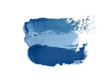 Verschiedene trendige blaue Abstriche auf weißem Hintergrund. Klassische blaue bunte Palette. Farbe des Jahres 2020. Trendige klassische blaue Make-up-Textur, Kosmetik und Make-up-Konzept. Standard-Bild