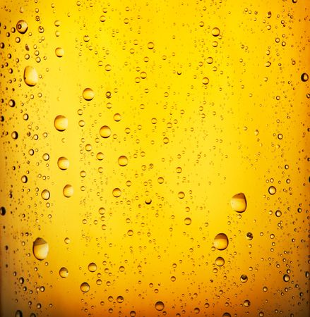 condensación: De cerveza fresca con perlas de agua condensada. Visión más cercana.