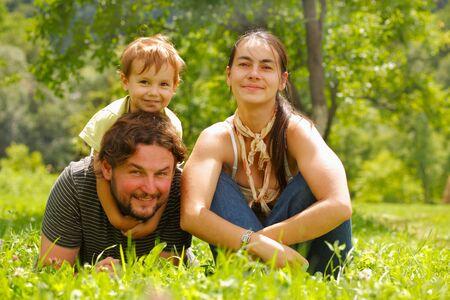 Photo d'une famille b?n?ficiant d'une journ?e d'?t? sur une verte prairie