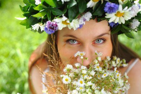 circlet: Ritratto di una ragazza con cerchietto di fiori