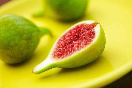 Fig. vert doux d�licieux miel �clatantes. Figues coup�es en deux  Banque d'images