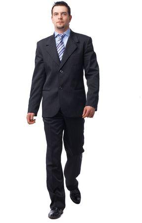 senioren wandelen: Portret van de volledige lengte van een zeker zaken man walking geïsoleerd op wit.