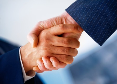 handskakning: Closeup picture of businesspeople shaking hands, making an agreement.