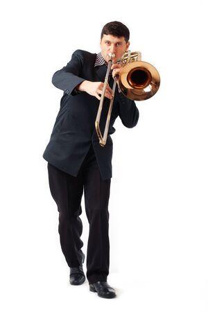 trombon: Joven jugando su trombón.