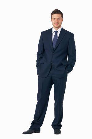 empresario: Retrato de longitud completa de un joven empresario permanente con sus manos en los bolsillos. Foto de archivo