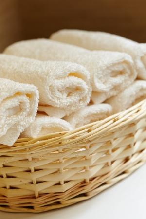 panier de serviettes blanches pures Banque d'images