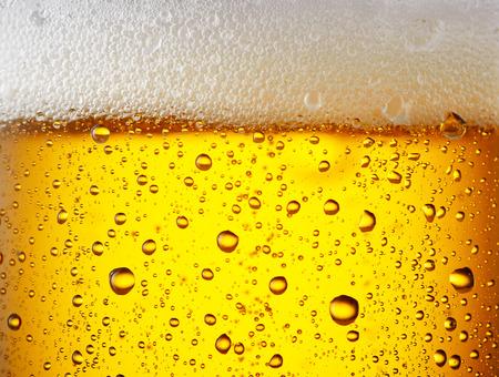 bebidas frias: Cierre de gotas de una pinta helada de abeja Foto de archivo