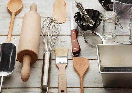 白いデスクに対して道具を焼くキッチン 写真素材