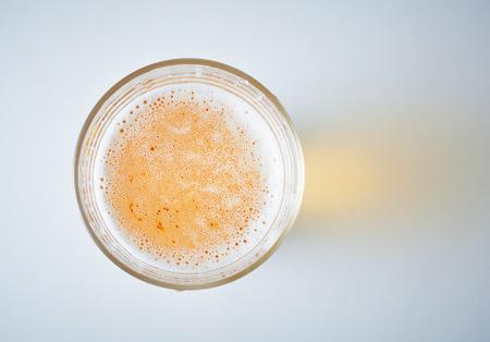 전망: 맥주의 전체 유리, obove에서보기