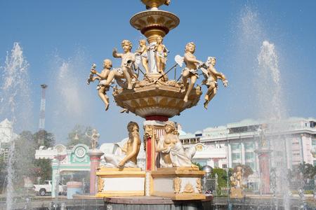 Springbrunnen mit Engeln Wasser spr? Ht Stockfoto