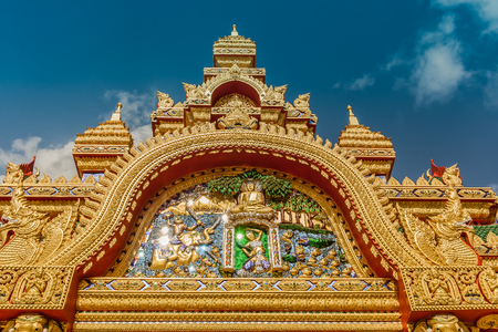 spirituell: Buddha Tempel Tor Eingang Gold blauer Himmel