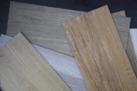 木製の背景に、積層物およびビニールの床タイルのサンプル 写真素材