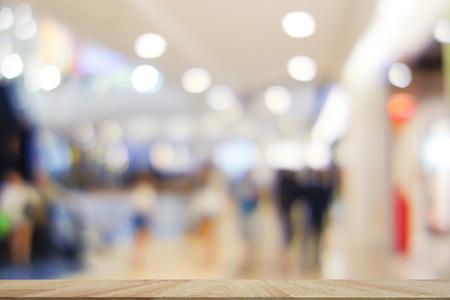 オークの木の板空テーブルの前に背景をぼかした写真上。テーブル トップのオーク木材抽象ショッピング モール背景をぼかし