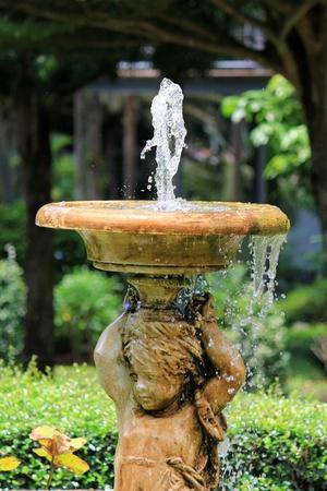 Sprudelnde Engel Skulptur-Brunnen im Garten