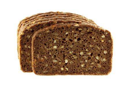 Une photo de plan rapproché de pain de seigle pain complet isolé sur blanc