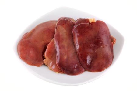 higado de pollo: Un plato lleno de hígado de pollo frescas, aislados en fondo blanco Foto de archivo