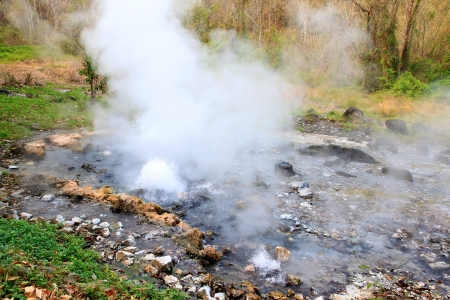 vapore acqueo: Acqua bolle ad intermittenza e scoppiò a Hot Spring Geyser Pongduet National Park in Thailandia Archivio Fotografico
