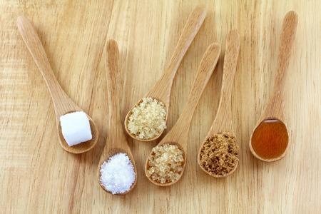나무 배경에 설탕의 다른 유형의 숟가락