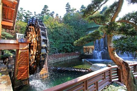 molino de agua: Molino de agua en el jardín de Nan Lian, jardín clásico chino, en Diamond Hill, Hong Kong Foto de archivo