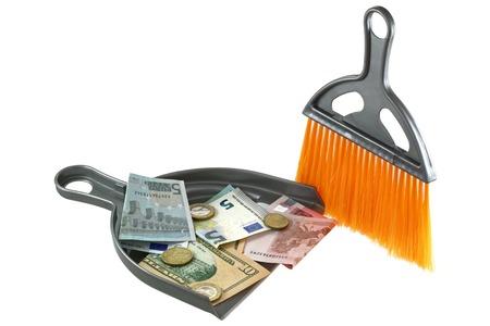 Een oranje stof borstel naast een stof pan met Euro en Dollar erin Stockfoto