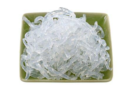 alga marina: Un plato de fideos Claro Kelp alginato de sodio extraído de algas marrón Laminaria hyperborea y Laminaria digitata Foto de archivo