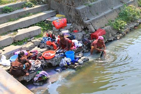 desinfectante: Mujeres nepalíes lavando ropa a lo largo del río en la ciudad de Pokhara, Nepal.