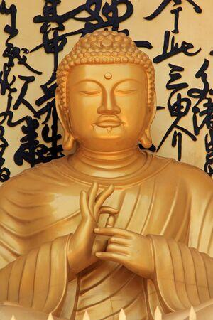paz mundial: Pokhara, Nepal - ABRIL 2014: Buda de oro estatua ubicada en Pokhara Shanti Stupa, World Peace Pagoda el 15 de abril de 2014 en Pokhara, Nepal. Shanti Stupa fue construido en 1996 por Nipponzan-Myohoji monje Morioka Sonin con simpatizantes locales