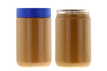 grasas saturadas: Tarros llenos de de cremosa mantequilla de man� crujiente aislados en el fondo blanco