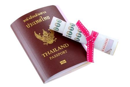 money pocket: Pasaporte electr�nico tailand�s con un poco de dinero en el baht tailand�s, aislado en fondo blanco Foto de archivo