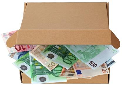 pizza box: Una caja de pizza marr�n abri� parcialmente llena de billetes en euros aislados en blanco
