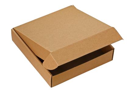 Una caja de pizza marrón parcialmente abierta aislados en blanco