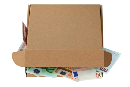 pizza box: Una caja de pizza marrón abrió parcialmente llena de billetes en euros aislados en blanco