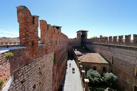 edad media: La gente que camina en el interior del Castillo Fortaleza de Castelvecchio en Verona, norte de Italia el 14 de septiembre de 2014. Castelvecchio fue construido en 1354 por el Scaliger Cangrande II durante la Edad Media. Editorial
