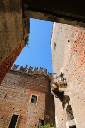 edad media: Un balcón y partes de ladrillo viejo Castillo Fortaleza de Castelvecchio en Verona, norte de Italia el 14 de septiembre de 2014. Castelvecchio fue construido en 1354 por el Scaliger Cangrande II durante la Edad Media. Editorial
