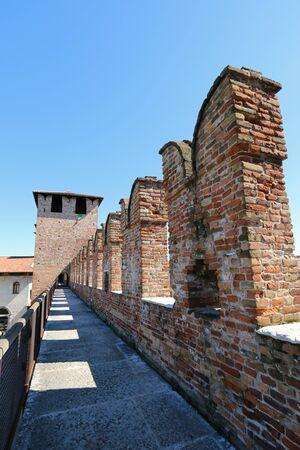 edad media: Un peque�o camino entre las paredes de la famosa y antigua de ladrillo Castillo Fortaleza de Castelvecchio en Verona, norte de Italia el 14 de septiembre de 2014. Castelvecchio fue construido en 1354 por el Scaliger Cangrande II durante la Edad Media. Editorial