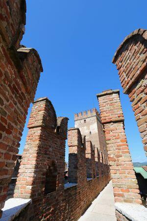 edad media: El camino a lo largo de las murallas en el Castillo Fortaleza de Castelvecchio en Verona, norte de Italia el 14 de septiembre de 2014. Castelvecchio fue construido en 1354 por el Scaliger Cangrande II durante la Edad Media.