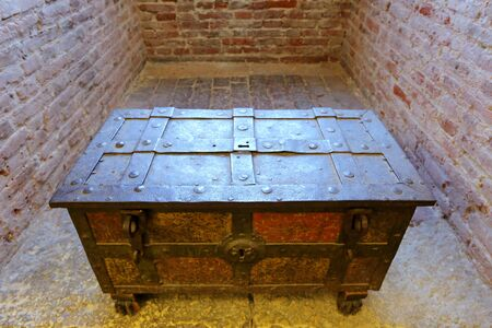 middle ages: An antique chest at Castle Fortress Castelvecchio in Verona, northern Italy on September 14, 2014. Castelvecchio was built in 1354 by the Scaliger Cangrande II during Middle Ages.