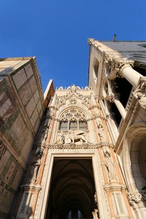 leon con alas: Estatuas de mármol del león alado y el dux Francesco Foscari por encima de la Porta della Carta al Palacio Ducal de Venecia, Italia, el 14 de septiembre de 2014. León es el símbolo de Venecia