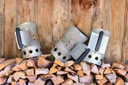 holzbriketts: 3 Kamin Starter Holzkohlen-Kamin auf einem Stapel von Feuerholz