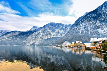 viagem: Vista do Hallstaetter ver, Hallstatt Lake do norte, na Alta �ustria durante o inverno