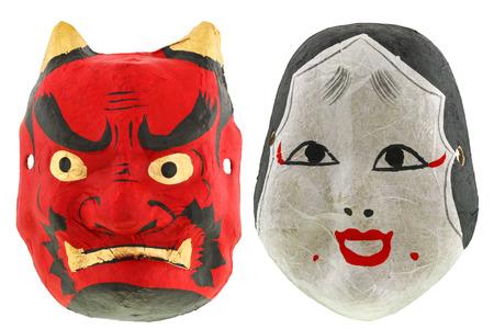 mascaras de teatro: Tradicionales máscaras de teatro japonés máscara del diablo rojo Oni Demonio y la máscara Otafuku Okame, aislado en blanco