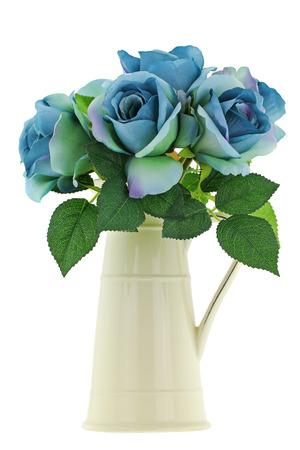 Een gele vintage glazuur keramische kruik vaas met blauwgroen rozen, geïsoleerd op een witte achtergrond