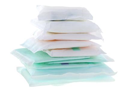 Un tas de différents types et tailles de serviettes hygiéniques (serviettes sanitaires, serviette hygiénique, tampon menstruel) isolé sur blanc